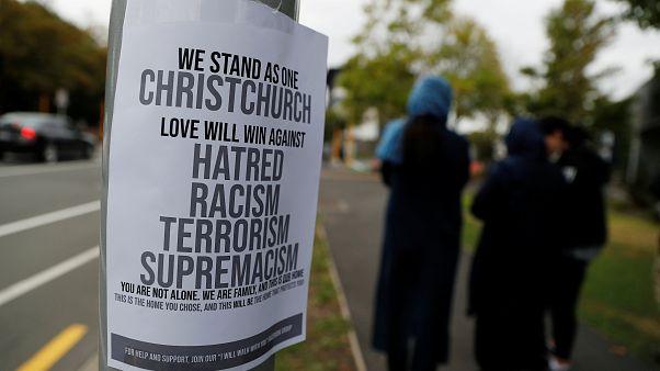 ملصق يدعو إلى نبذ الكراهية والعنصرية والإرهاب في نيوزيلندا
