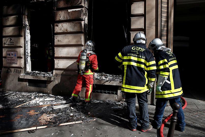 I gilet gialli devastano gli Champs-Elysées: 64 arresti