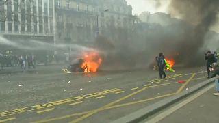 Los 'chalecos amarillos' siembran el caos en París