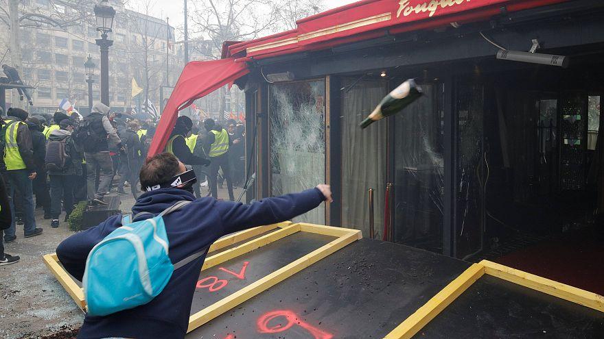 Megint tüntettek a sárgamellényesek Párizsban
