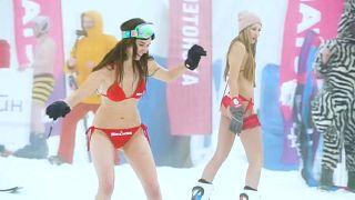 شاهد: الروس يتحدون البرد والثلوج ويتزلجون على الجليد بالبكيني