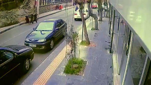 شاهد: نجاة ثلاث سيدات بأعجوبة بعد انهيار جدار في ديار بكر بتركيا