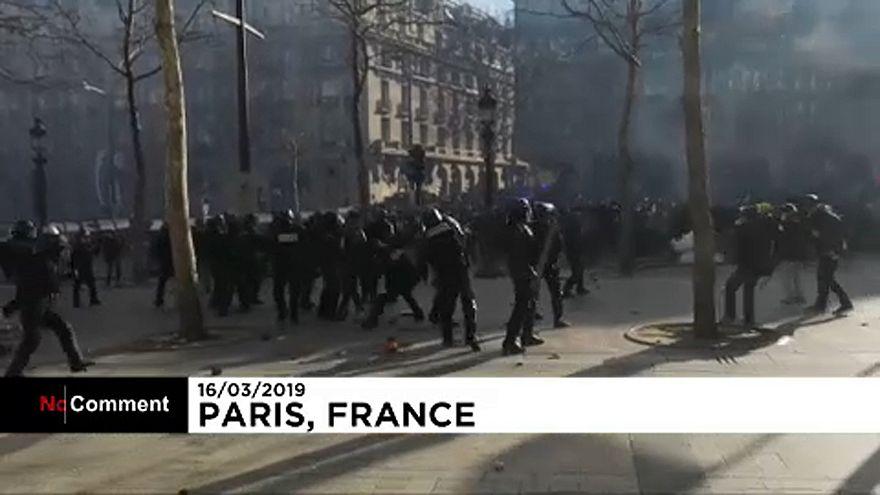 Lángolt  egy bank Párizsban, luxuséttermet is megrongáltak a tüntetők