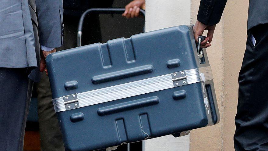 الصندوق الذي يحوي الصندوقين الأسودين للطائرة الإثيوبية المنكوبة - فرنسا