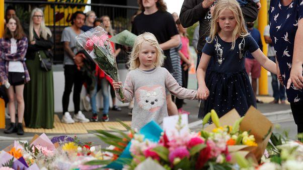 أطفال يضعون الورود ترحما على ضحايا مجزرة المسجدين في نيوزيلندا