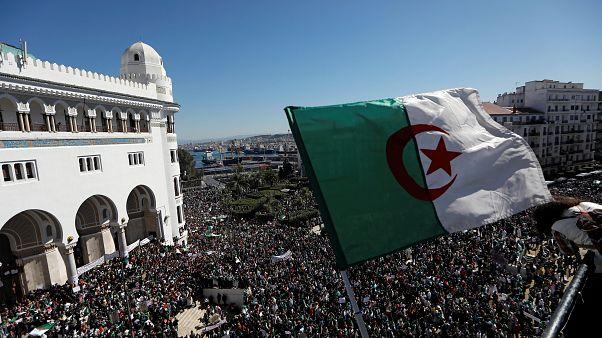 مظاهرة عمال قطاع الصحة تطالب الرئيس الجزائري بوتفليقة بالاستقالة