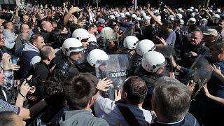 Manifestantes tentam cercar palácio presidencial da Sérvia