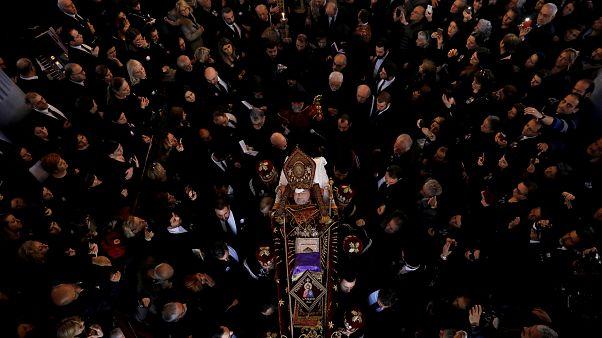 Centenares de fieles dan su último adiós al patriarca armenio de Constantinopla