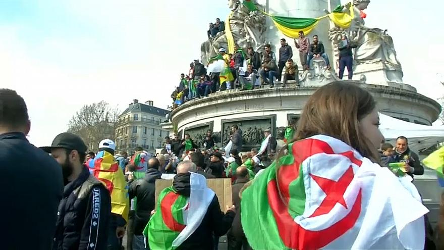 الجزائريون يتظاهرون مجددا في باريس احتجاجا على تمديد ولاية بوتفليقة