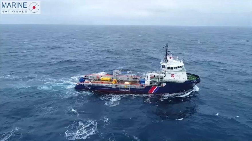 Francia intenta limpiar el vertido en el Atlántico