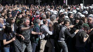 Manifestantes tentam cercar palácio presidencial Sérvio