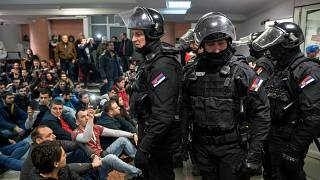 Протестующие в здании государственного телевидения Сербии