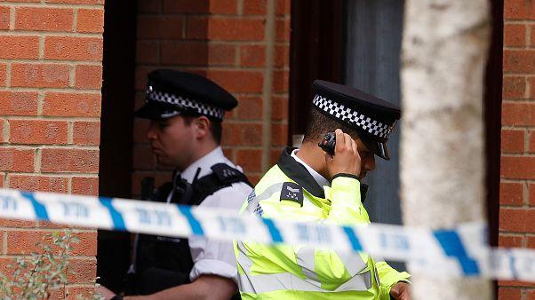 شرطيان بريطانيان خلال عملية مداهمة في ستانويل في إنجلترا