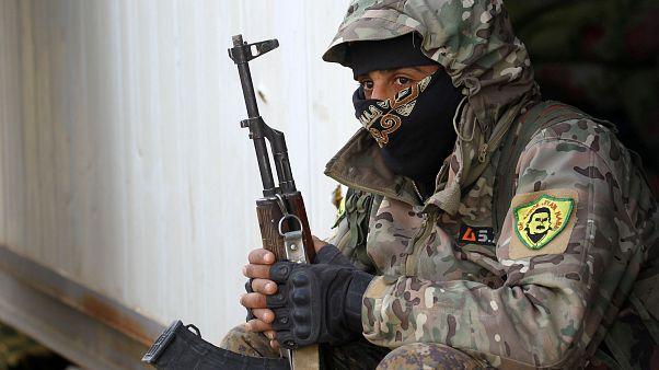 أحد مقاتلي قوات سوريا الديمقراطية