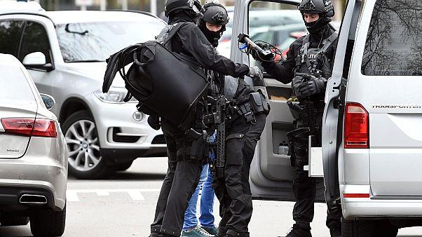 """عناصر من قوات الأمن الخاصة الهولندية في مكان """"العملية"""""""
