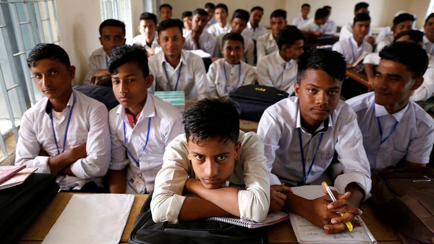 طلاب من بنغلادش في مدرسة طُرد منها طلاب من لاجئي الروهينجا في كوكس بازار
