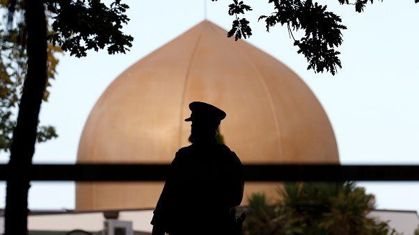 رجل شرطة يقف خارج مسجد النور الذي تعرض لهجوم مسلح في نيوزيلندا