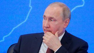 Путин подписал законы о фейковых новостях и неуважении к власти