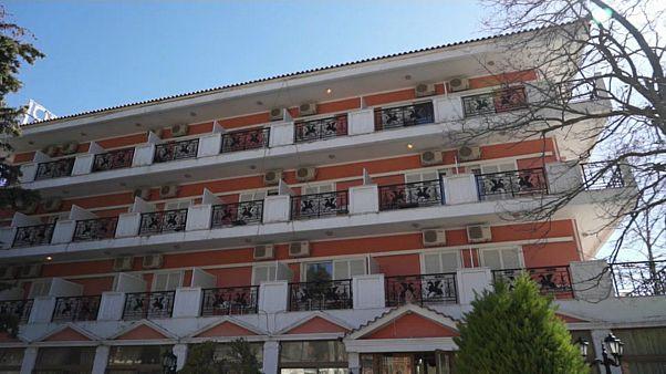 شاهد: يونانيون يهاجمون لاجئين من سوريا والعراق داخل مقر إقامتهم في بلدة فييليا
