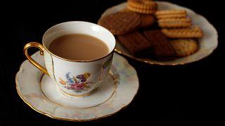 فنجان شاي وصحن بسكويت