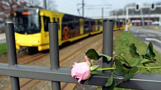 Hollandalılar saldırıda kurbanları anmak için olay yerine çiçek bıraktı