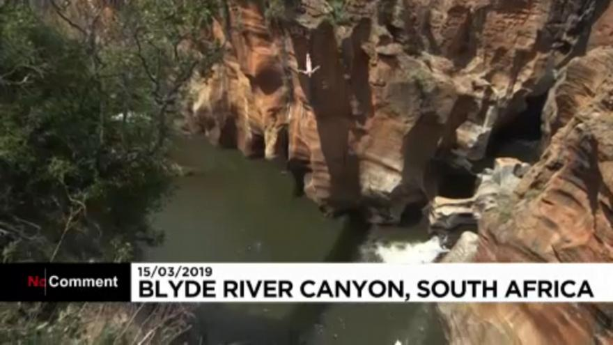 شاهد.. مغامران يقفزان في نهر بلايد بجنوب أفريقيا.. فهل تجرؤ؟