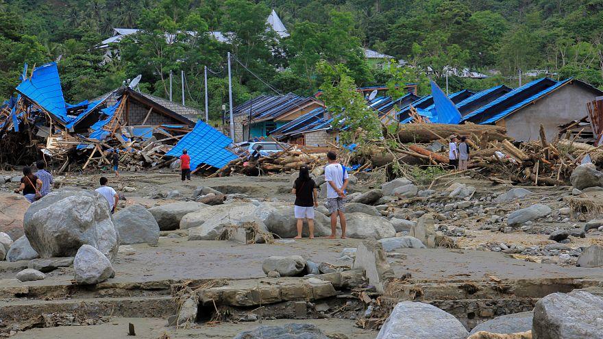 Число жертв наводнений в Индонезии растёт