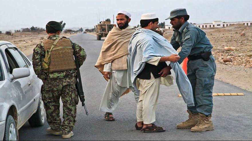 واکنش دولت و مردم افغانستان به سیلی یک نماینده مجلس به گوش مامور پلیس