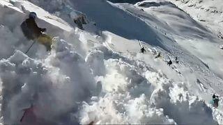 لحظة الانهيار الجليدي في جبال الألب بالنمسا