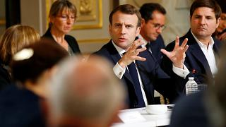 Nyolc és fél órás, élő vitával zárta le Macron a sárgamellényesek követelései miatti nemzeti vitát