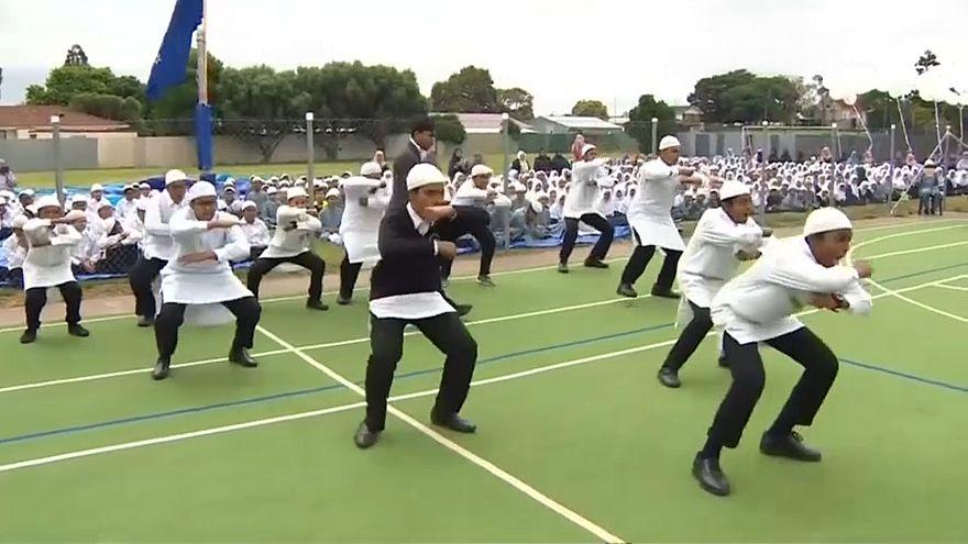 طلاب مسلمون يأدون رقصة الهاكا