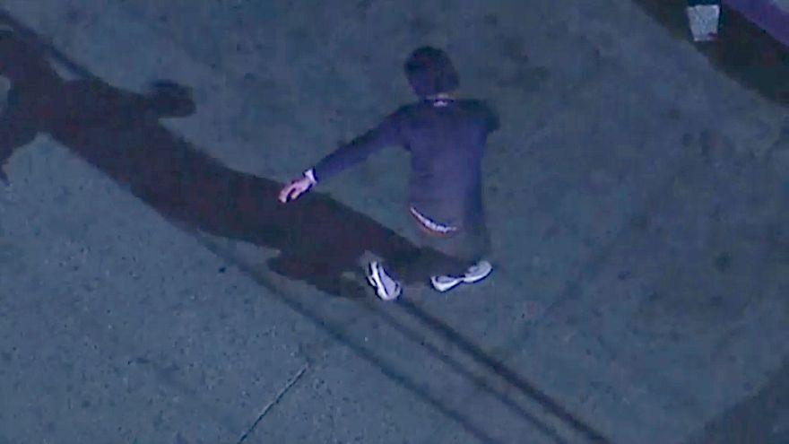 """الشاب يرقص """"هيب هوب"""" أثناء إلقاء القبض عليه من قبل شرطة لوس أنجليس"""