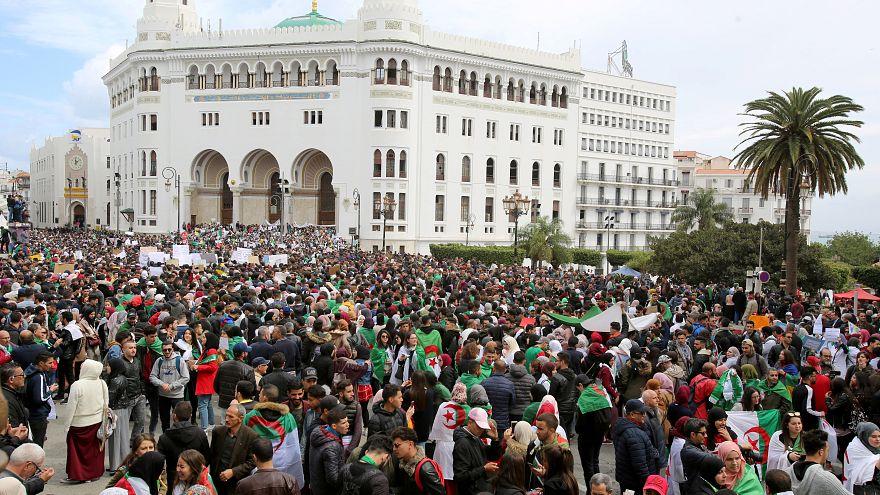 جزائريون يحتجون على الرئيس عبد العزيز بوتفليقة في العاصمة الجزائر
