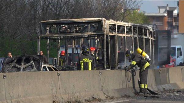 Dirotta un bus e minaccia 51 studenti, paura nell'hinterland milanese