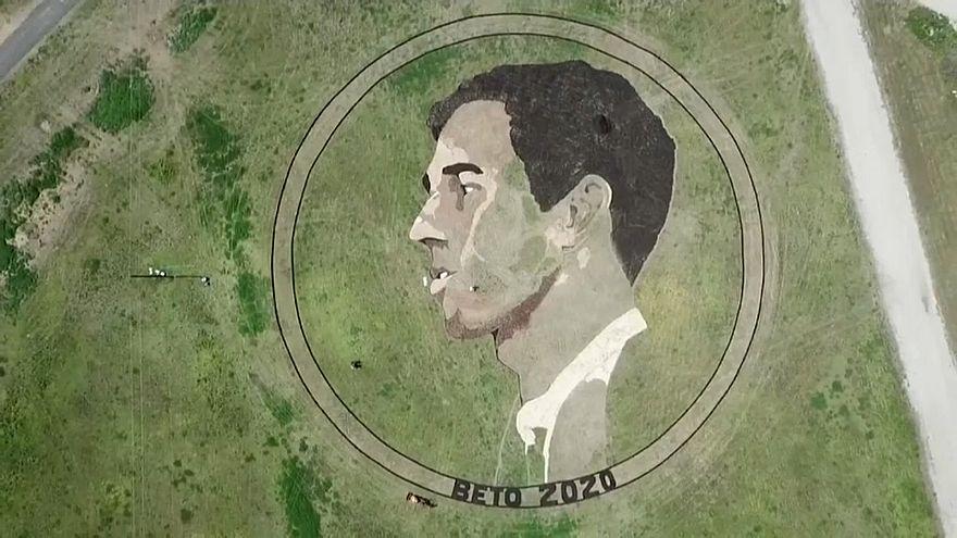 شاهد: فنان يرسم لوحة لمرشح رئاسي أمريكي بمساحة ملعبي كرة قدم