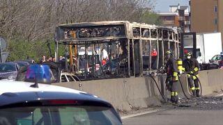 احتجاجا على غرق مهاجرين سائق يضرم النار في حافلة تقل أطفالا في إيطاليا