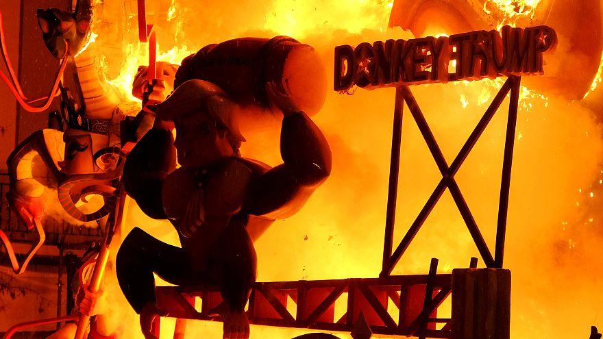 شاهد الاسبان في فالنسيا يحرقون تماثيل ضخمة احتفالا ببدء الربيع