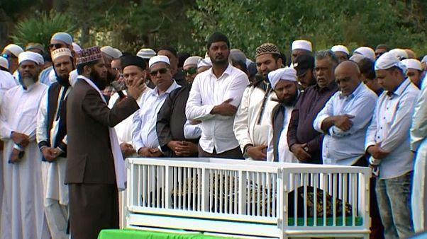 الآلاف يحتشدون لحضور جنازة إمام شهير قُتل بمذبحة المسجدين