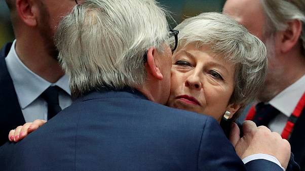 Theresa May cumprimenta Juncker