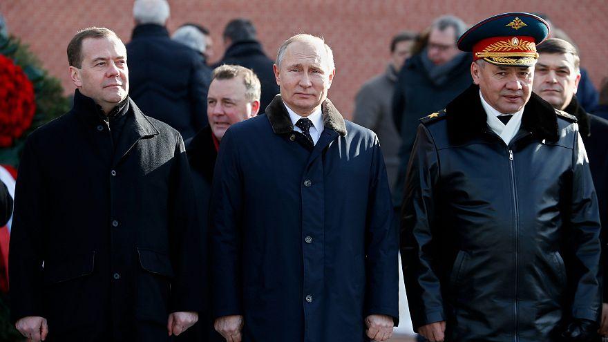 الرئيس الروسي فلادميير بوتين رفقة الوزير الأول(يسار)و وزير الدفاع (يمين)
