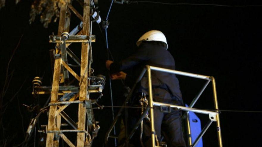 عمدة بلدة رومانية يقطع كابلات الانترنت عن المدينة