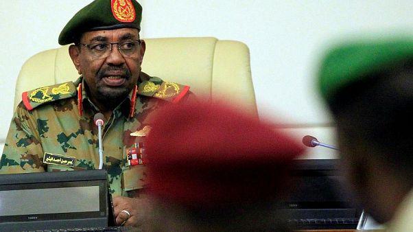 البشير يعين رئيس الحزب الحاكم أحمد هارون مساعدا له ويحظِر تخزين العملة السودانية