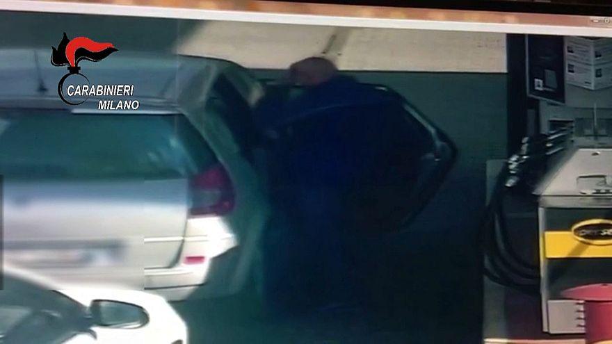 In video Osseynou Sy mentre riempie una tanica di benzina