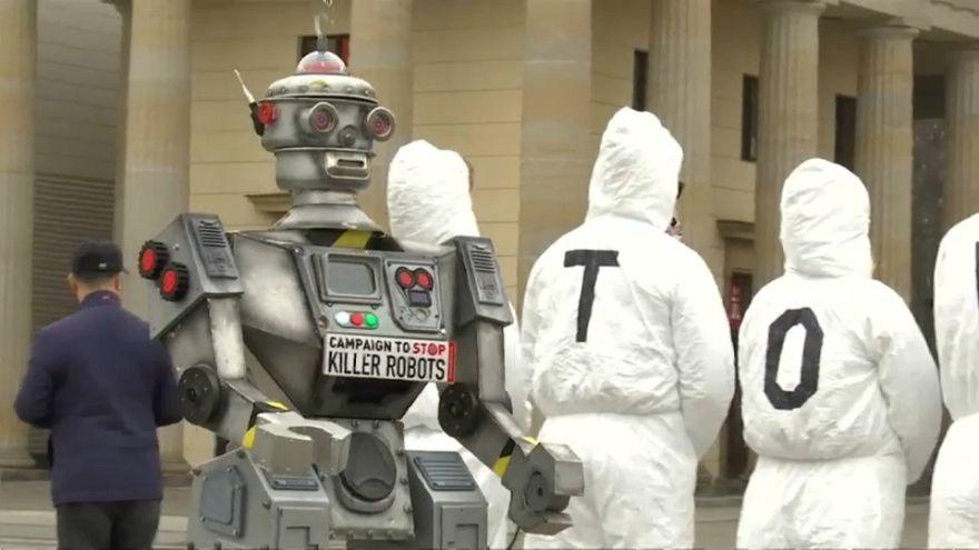 """شاهد: الألمان يلبسون زي الروبوت للاحتجاج على """"الروبوتات القاتلة"""""""
