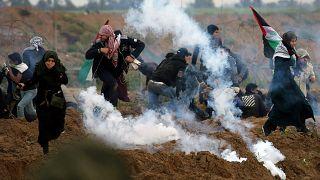 محتجون فلسطينيون يحاولون الهروب من غاز مسيل للدموع أطلقته قوات إسرائيلية