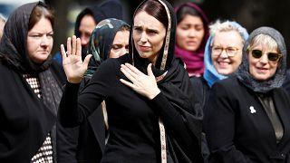 Yeni Zelanda kenetlendi: Cuma namazı canlı yayınlandı, Başbakan Ardern hadis okudu, baş örtüsü taktı