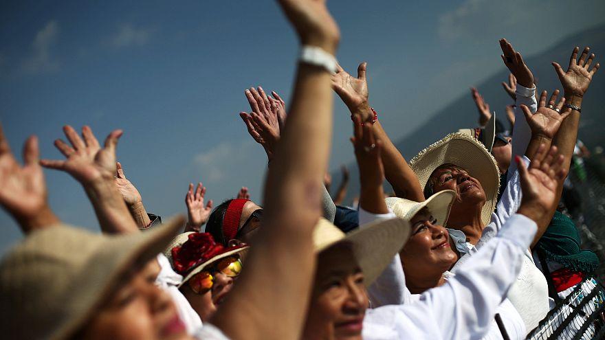Pilger begrüßen den Frühling auf der Sonnenpyramide in Teotihuacán