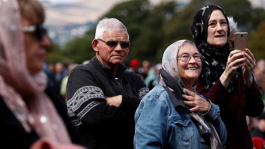 شاهد: سلسلة بشرية لحماية المسلمين المصلين في نيوزيلندا