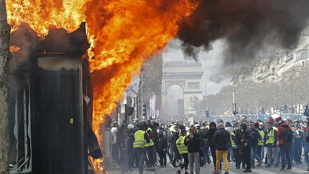 فرانسه برای مهار ناآرامی ها از نیروهای نظامی ضد ترور استفاده می کند