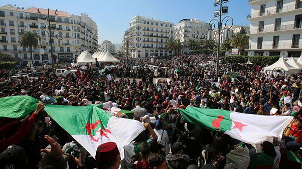 فيديو: آلاف الجزائريين يطالبون بتنحي بوتفليقة في الجمعة الخامسة للحراك الشعبي
